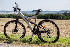 Cykel som parkeras i en äng Royaltyfria Foton