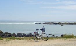 Cykel som parkeras nära Atlanticet Ocean arkivfoto