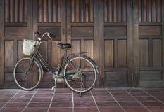 Cykel som parkeras nära ett forntida hus i Vietnam Royaltyfria Foton