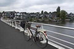 Cykel som parkeras på bron Royaltyfria Bilder