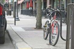 Cykel som parkeras på den huvudsakliga gatan Royaltyfria Bilder