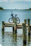 Cykel som parkeras på en pir på den Ocracoke ön, NC Arkivbilder