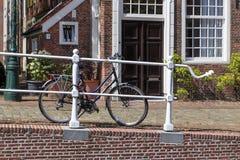 Cykel som parkeras på gatan Arkivbilder