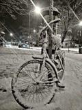 Cykel som täckas med snö arkivfoton