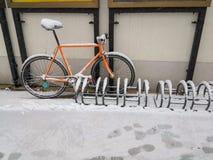 Cykel som täckas med snö och is Royaltyfria Foton