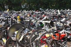 Cykel som väntar på triathlonen Arkivfoto