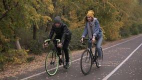 cykel två Par på cyklar Romantiskt cykla i höststaden parkerar kvinna för cykelmanridning aktiva vänner stock video