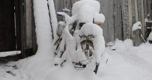 Cykel under insnöad vinter arkivfilmer