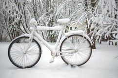 Cykel under snowen Royaltyfri Bild