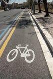 Cykelbana med cykeln som målas på asfalt royaltyfria bilder