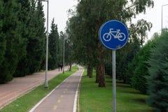 Cykelbana- och cykeltecken royaltyfri bild