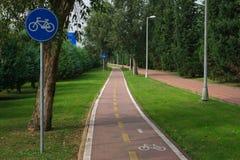 Cykelbana- och cykeltecken arkivfoton