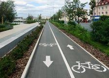 Cykelbanan i staden parkerar arkivbilder