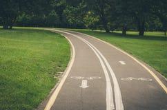 Cykelbanan längs parkerar/cykelbanan längs parkerar tonat royaltyfri foto