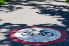 Cykelbanatecken på jordningen Royaltyfri Fotografi