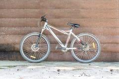 Cykelbenägenhet mot en trävägg Royaltyfri Bild
