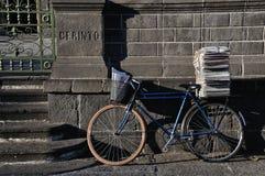 cykelbrevbärare Arkivbild