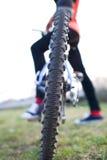 cykelcyklistkvinnlig henne berg utomhus Royaltyfria Bilder