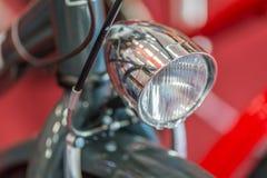 Cykeldetalj på röd bakgrund Modern goda som ser cykeln med Royaltyfria Bilder