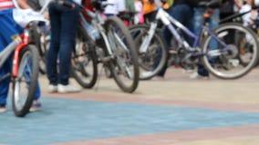 Cykelfestival Många cyklister på en squre Folkmassa i sportswear lager videofilmer