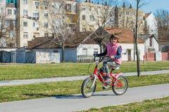 cykelflicka little ridning Royaltyfri Bild