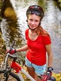 Cykelflicka som cyklar att vada över genom hela vatten Royaltyfri Foto