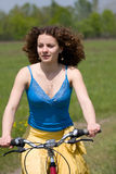cykelflickan går Royaltyfria Foton