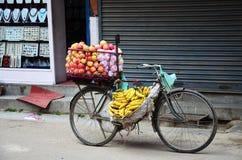 Cykelfruktaffär eller greengrocery på Nepal Royaltyfri Bild