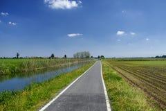 Cykelgränd längs Naviglioen av Bereguardo Italien Royaltyfri Fotografi