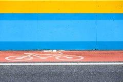 Cykelgränd med tecknet på den röda målade vägen Arkivbild