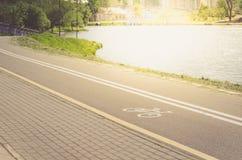 Cykelgränden för övning omger med längs den behållar-/cykelgränden för övning omger med längs behållaren i solig dag royaltyfri bild