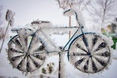 Cykelgräsmattaprydnad som täckas i iskristaller Arkivbilder