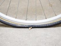 Cykelgummihjullägenhet, punkterat inre rör för cykelgummihjul arkivfoto