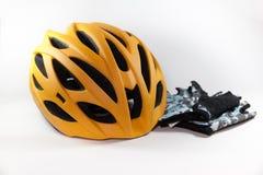 Cykelhandskar och cykelhjälm Fotografering för Bildbyråer