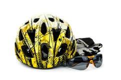 Cykelhjälm, exponeringsglas och cirkuleringshandskar Fotografering för Bildbyråer