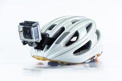Cykelhjälm med den främre handlingkameran Arkivfoto