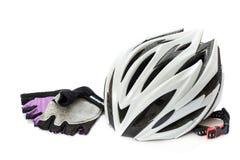 Cykelhjälm och handskar arkivbild