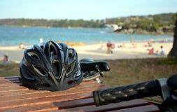 Cykelhjälm på bänken Arkivbild