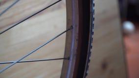 Cykelhjul med eker som rotera flyttningar arkivfilmer