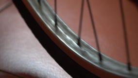 Cykelhjul med eker som rotera flyttningar stock video