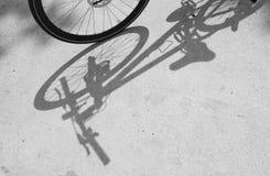 Cykelhjul och skugga arkivfoto