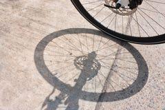Cykelhjul och skugga royaltyfri bild