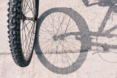 Cykelhjul och skugga fotografering för bildbyråer