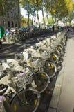 Cykelhyra på den Paris gränden Arkivbild