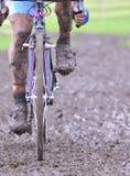 Cykelkedja med gyttja i ett lopp Arkivbilder
