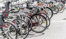 Cykelkugge i en fot- zon med parkerade cyklar Arkivfoto