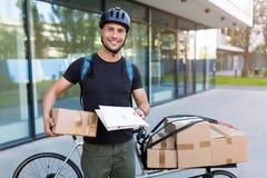 Cykelkurir som gör en leverans arkivfoto