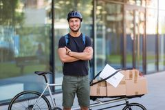 Cykelkurir som gör en leverans royaltyfria foton