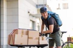 Cykelkurir som gör en leverans royaltyfri bild