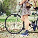 cykelkvinnabarn Arkivbild